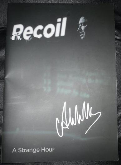 tourbook recoil autografiado